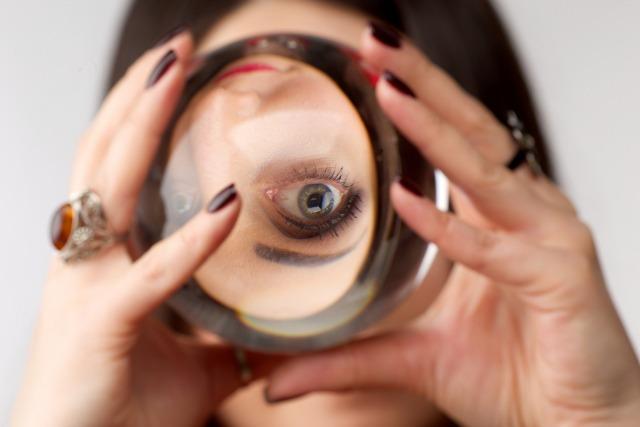 水晶玉で顔が反転する占い師