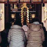 神社参拝する人々