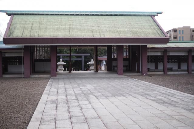 千葉縣護國神社の本殿側から鳥居を見る