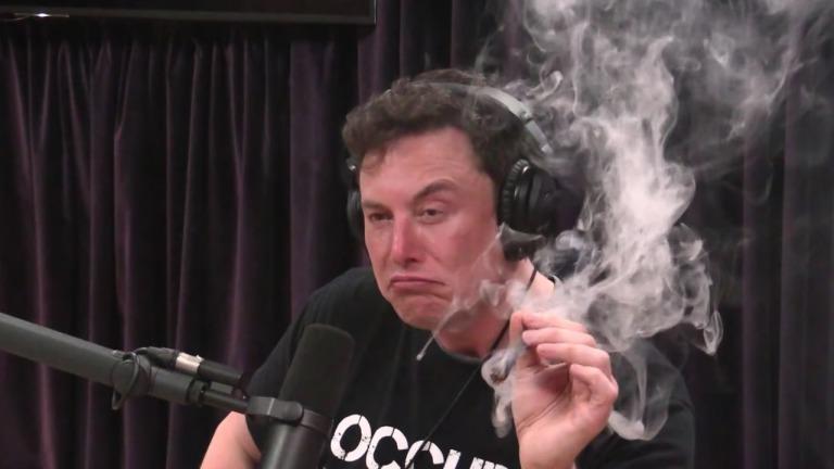 マリファナを吸うイーロン・マスク
